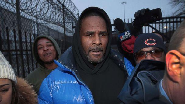 PHOTO: R. Kelly leaves the Cook County jail after posting bond, Feb. 25, 2019, in Chicago. (Scott Olson/Getty Images)