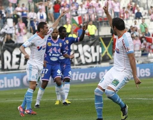 Marseille's French midfielder Morgan Amalfitano, left, reacts after scoring against Evian with teammate Andre-Pierre Gignac, right during their League One soccer match, at the Velodrome stadium, in Marseille, southern France, Sunday, Sept. 23, 2012. (AP Photo/Claude Paris)