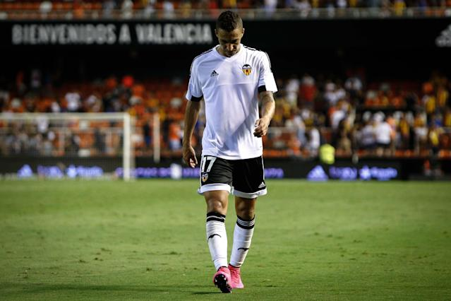 Valencia's Brazilian forward Rodrigo Moreno walks at the end of the Spanish league football match Valencia CF vs RC Deportivo de La Coruna at the Mestalla stadium in Valencia on August 30, 2015. AFP PHOTO / BIEL ALINO (AFP/Archivos | Biel Alino)