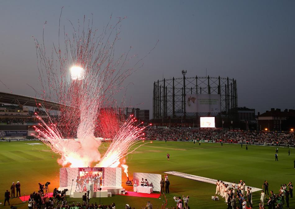 England celebrate after being presented with the Ashes during day five of the 5th Investec Ashes Test match between England and Australia at the Kia Oval on August 25, 2013 in London, England.  (Photo by Ryan Pierse/Getty Images)