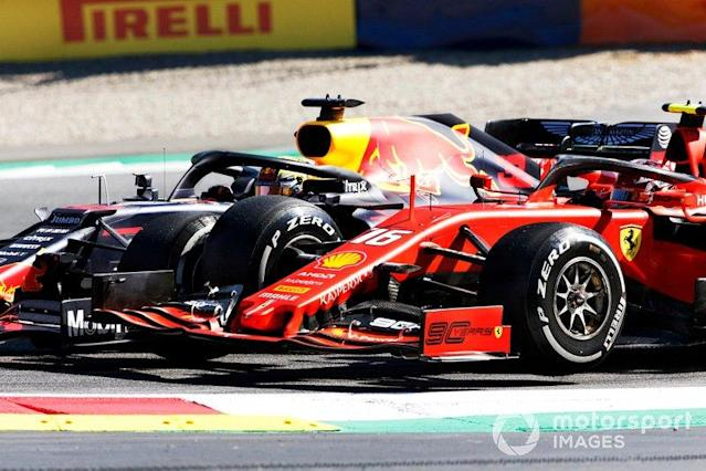 """Max Verstappen, Red Bull Racing RB15, hace contacto con Charles Leclerc, Ferrari SF90 <span class=""""copyright"""">Motorsport.com</span>"""