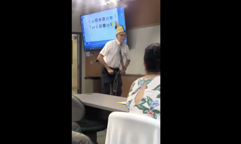 Community college physics professor David Wright has an unusal teaching method. (Screenshot: Twitter/its_riccaa)