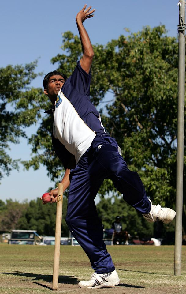 DARWIN, AUSTRALIA - JUNE 29:  Lasith Malinga of Sri Lanka in action on during training at NTCA Ground on June 29 2004 in Darwin, Australia.  (Photo by Hamish Blair/Getty Images)