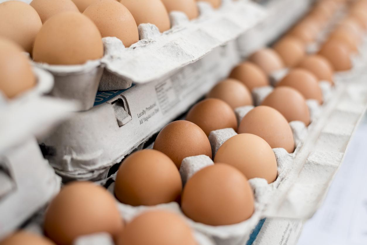 """<p><a href=""""https://www.thedailymeal.com/eat/egg-price-year-you-were-born-gallery?referrer=yahoo&category=beauty_food&include_utm=1&utm_medium=referral&utm_source=yahoo&utm_campaign=feed"""">When purchasing your eggs</a>, the fresher the better. Farmers markets and health food stores will offer farm-fresh and pasture-raised eggs. Supermarket eggs tend to be less fresh, but still good to eat. If you have eggs in your fridge and you're just not sure about them, use the smell test. If they smell bad, don't use them. If you're using a medium-sized skillet, four eggs is easy to work with, and six eggs will fit nicely in a large skillet.</p>"""