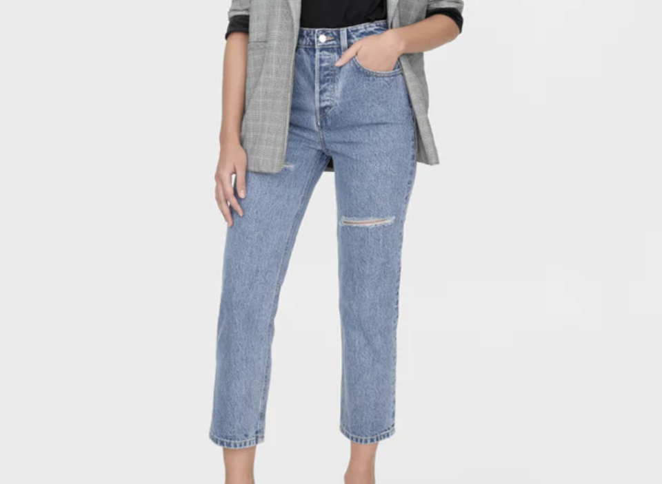 Sustainable Organic Cotton Mom Jeans. (PHOTO: Pomelo)