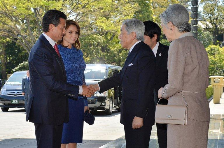 Mexico's President Enrique Pena Nieto (L), is welcomed by Japanese Emperor Akihito, in Tokyo, on April 8, 2013