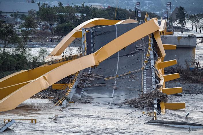 <p>A bridge lies destroyed after being hit by a tsunami, on Oct. 1, 2018 in Palu, Indonesia. (Photo: Carl Court/Getty Images) </p>
