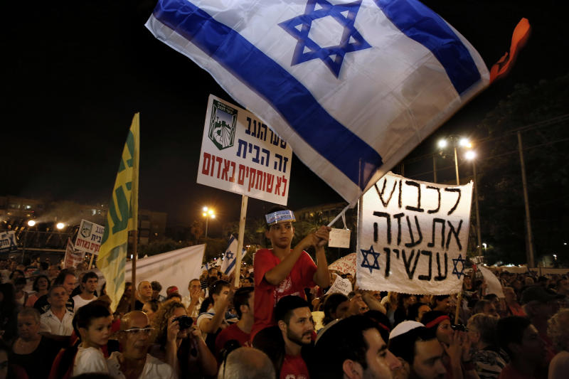 Israelis gather during a protest calling on the government and the army to end Palestinian rocket attacks from Gaza once and for all, in Tel Aviv on August 14, 2014 (AFP Photo/Gali Tibbon)