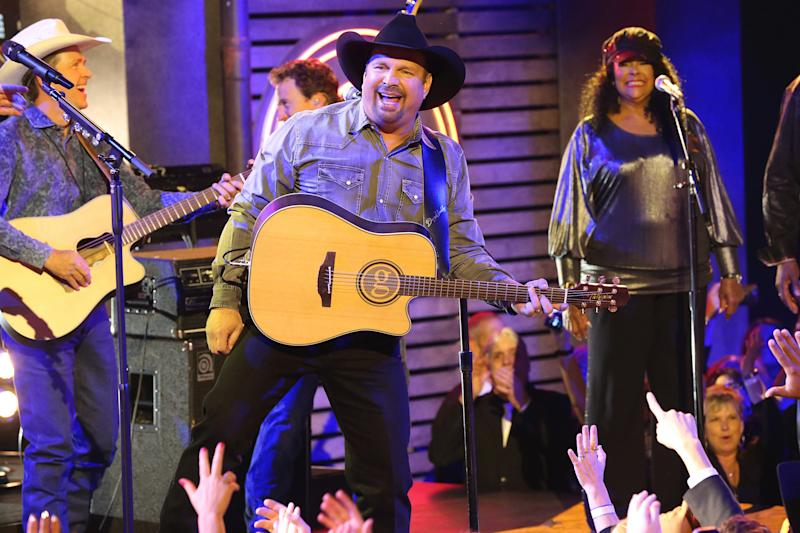 I try 'not to cry,' Garth Brooks says of when thousands at his concerts sing along