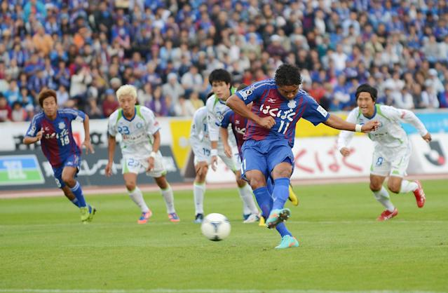 KOFU, JAPAN - OCTOBER 14: (EDITORIAL USE ONLY) Davi Jose Silva Do Nascimento of Ventforet Kofu scores the equalising goal from the penalty spot during the J.League second division match between Ventforet Kofu and Shonan Bellmare at Yamanashi Chuo Bank Stadium on October 14, 2012 in Kofu, Japan. Ventforet Kofu drew against Shonan Bellmare and secured the place to promote to the J.League division one next season. (Photo by Getty Images/Getty Images)