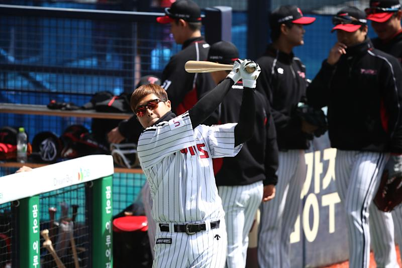 SEOUL, SOUTH KOREA - APRIL 21: (EDITORIAL USE ONLY) LG Twins team players practice ahead of the preseason game between LG Twins and Doosan Bears at Jamsil Baseball Stadium on April 21, 2020 in Seoul, South Korea. The Korea Baseball Organization (KBO) open a preseason games Tuesday, with its 10 clubs scheduled to play four games each through April 27. The Korea Baseball Organization (KBO) announced Tuesday that the 2020 regular season, postponed from its March 28 start date due to the coronavirus outbreak, will begin May 5. (Photo by Chung Sung-Jun/Getty Images)
