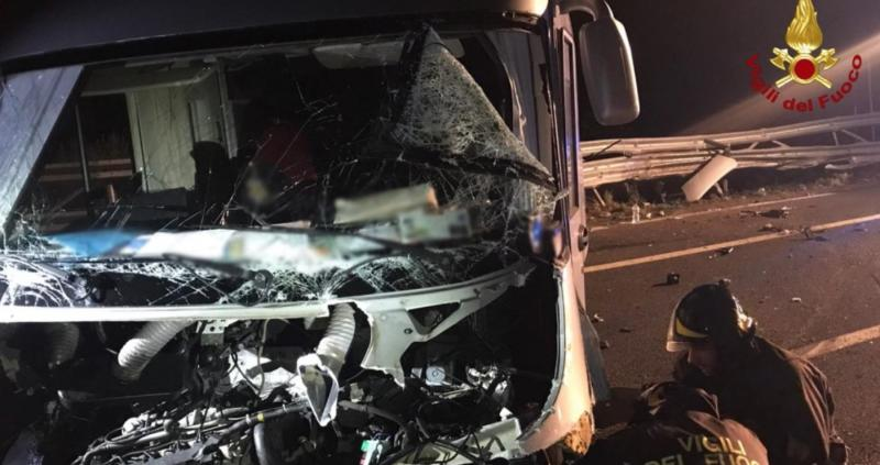 Incidente in A14, camper si schianta contro un guard rail: 4 feriti
