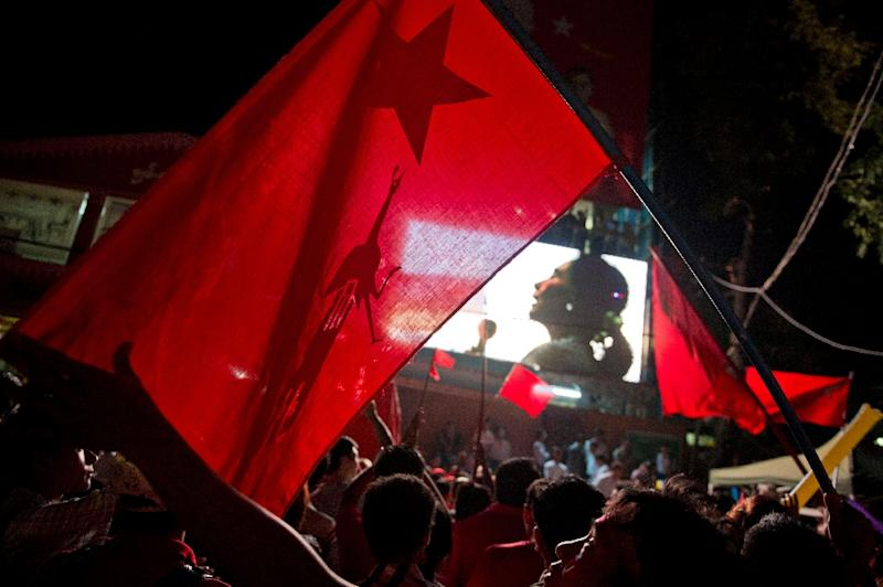 Supporters of Aung San Suu Kyi's National League for Democracy (NLD) party gather outside the NLD headquarters in Yangon on November 9, 2015 (AFP Photo/Romeo Gacad)