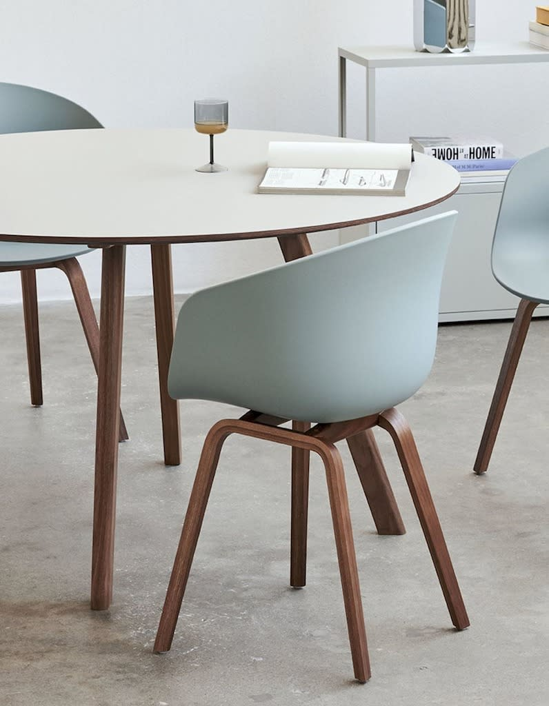 """HAY<br><br><a href=""""https://hay.dk/fr/hay/furniture-brand/seating-brand/chair-brand/about-a-chair-brand/aac-22"""" rel=""""nofollow noopener"""" target=""""_blank"""" data-ylk=""""slk:Découvrir"""" class=""""link rapid-noclick-resp"""">Découvrir</a>"""