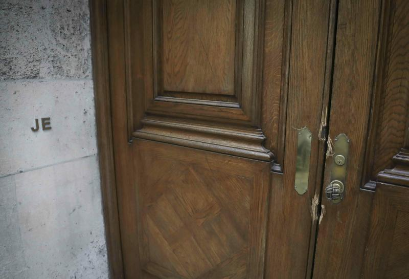 """This photo shows the initials """"JE"""" and doorway damage at the Manhattan residence of Jeffrey Epstein, Monday July 8, 2019, in New York. Prosecutors said Monday, federal agents investigating wealthy sex offender Jeffrey Epstein found """"nude photographs of what appeared to be underage girls"""" while searching his Manhattan mansion. (AP Photo/Bebeto Matthews)"""