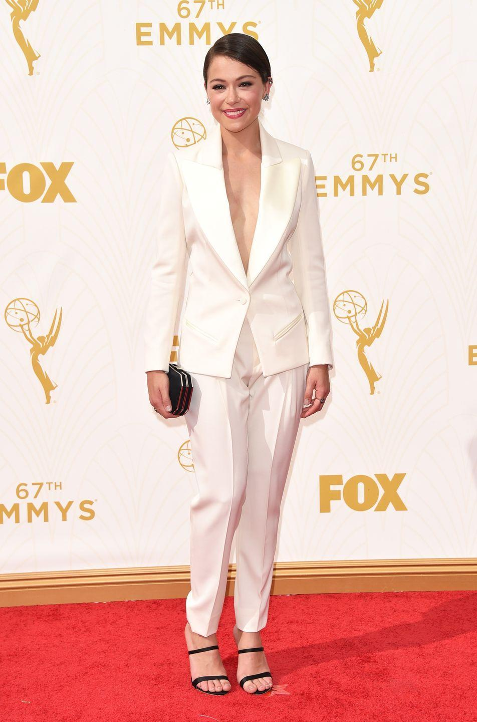 <p>Maslany looked incredible in her white pantsuit at the Emmy Awards in 2015.</p>