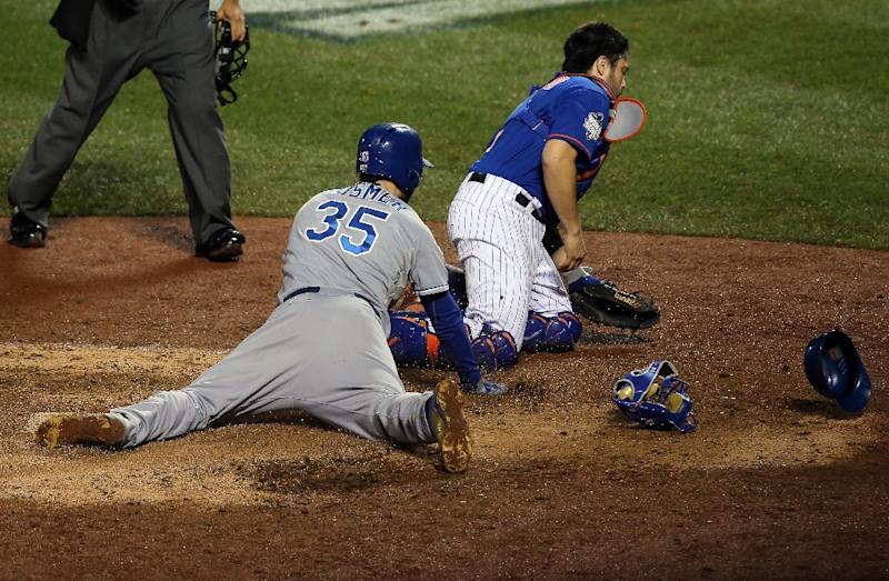 Kansas City Royals' Eric Hosmer scores a run off of a grounded out hit by Salvador Perez to tie the game in the ninth inning against New York Mets' Jeurys Familia of the during Game Five of the 2015 World Series at Citi Field on November 1, 2015 (AFP Photo/Doug Pensinger)