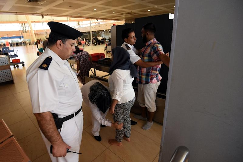 Tourists are checked by security at the airport in Egypt's Red Sea resort of Sharm El-Sheikh on November 9, 2015 (AFP Photo/Mohamed el-Shahed)