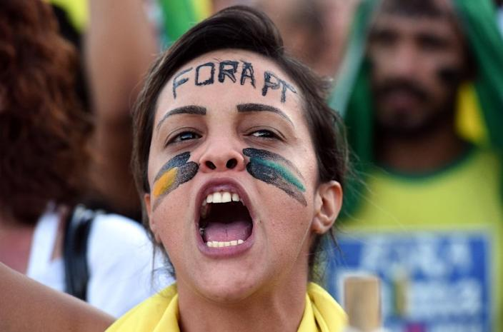 Activists protest in front of the presidential palace in Brasilia on March 17, 2016 (AFP Photo/Evaristo Sa)