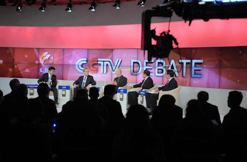 Rui Chenggang moderates a CCTV TV debate during the World Economic Forum in Davos on January 26, 2012 (AFP Photo/Eric Piermont)