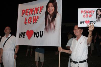 Hardcore Penny Low fans kept her banner up throughout the three hours at the PAP rally. (Yahoo! photo/Marianne)
