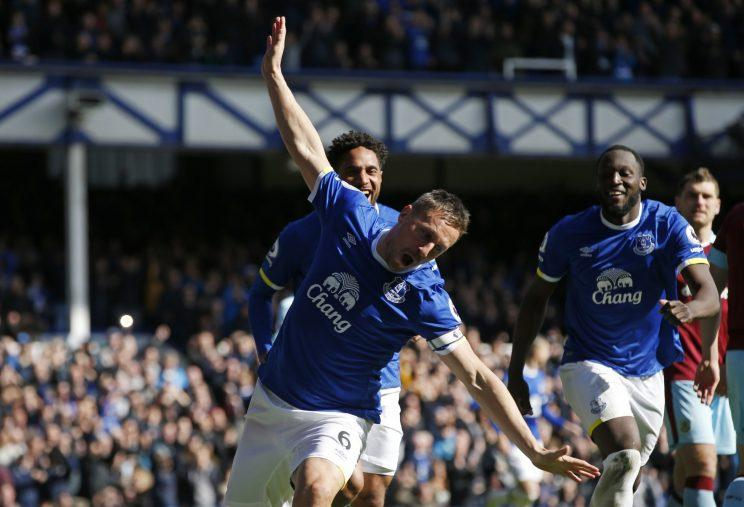 Britain Soccer Football - Everton v Burnley - Premier League - Goodison Park - 15/4/17 Everton's Phil Jagielka celebrates scoring their first goal with Romelu Lukaku and Ashley Williams Reuters / Andrew Yates Livepi