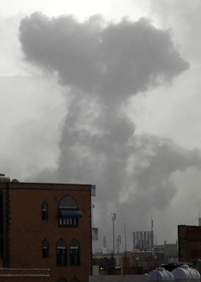 Smoke rises from the Faj Attan Hill area of the Yemeni capital Sanaa, on April 9, 2015, following an alleged air strike by the Saudi-led alliance on Shiite Huthi rebels camps (AFP Photo/Mohammed Huwais)