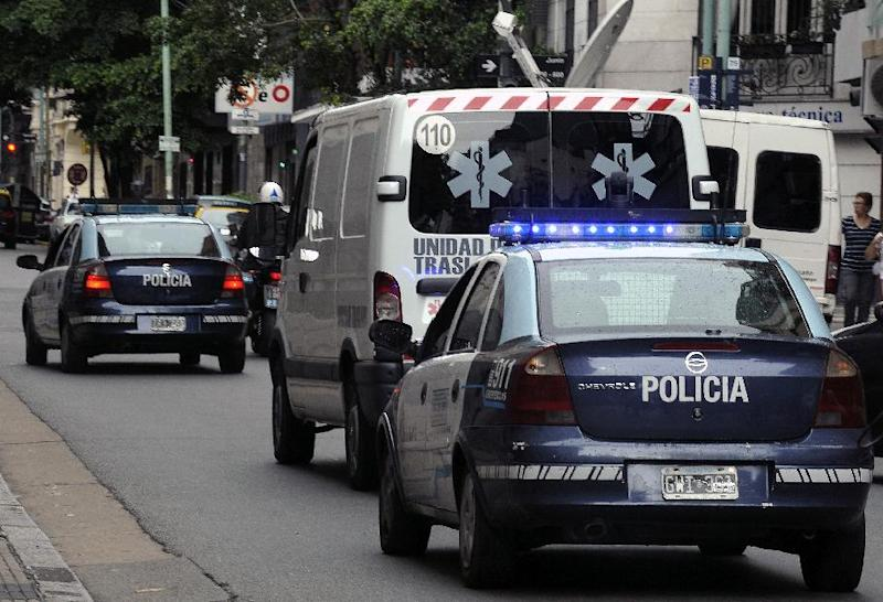 The police-escorted ambulance carrying the remains of late Argentine prosecutor Alberto Nisman heads to the AMIA to be prepared for the funeral according to Jewish rituals, in Buenos Aires, on January 28, 2015 (AFP Photo/Alejandro Pagni)