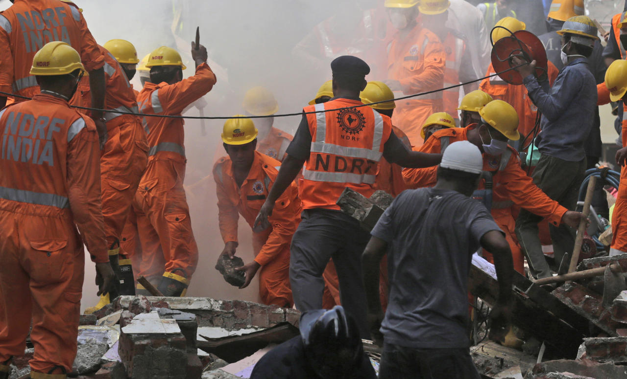 <p>Rescuers work at the site of a building collapse in Mumbai, India, Aug. 31, 2017. (Photo: Rafiq Maqbool/AP) </p>