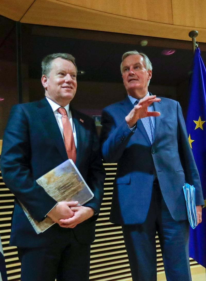 European Union chief Brexit negotiator Michel Barnier (R) and the British Prime Minister's Europe adviser David Frost pose for a photograph at start of the first round of post-Brexit trade deal talks between the EU and the United Kingdom, in Brussels on March 2, 2020. (Photo by Olivier HOSLET / POOL / AFP) (Photo by OLIVIER HOSLET/POOL/AFP via Getty Images)