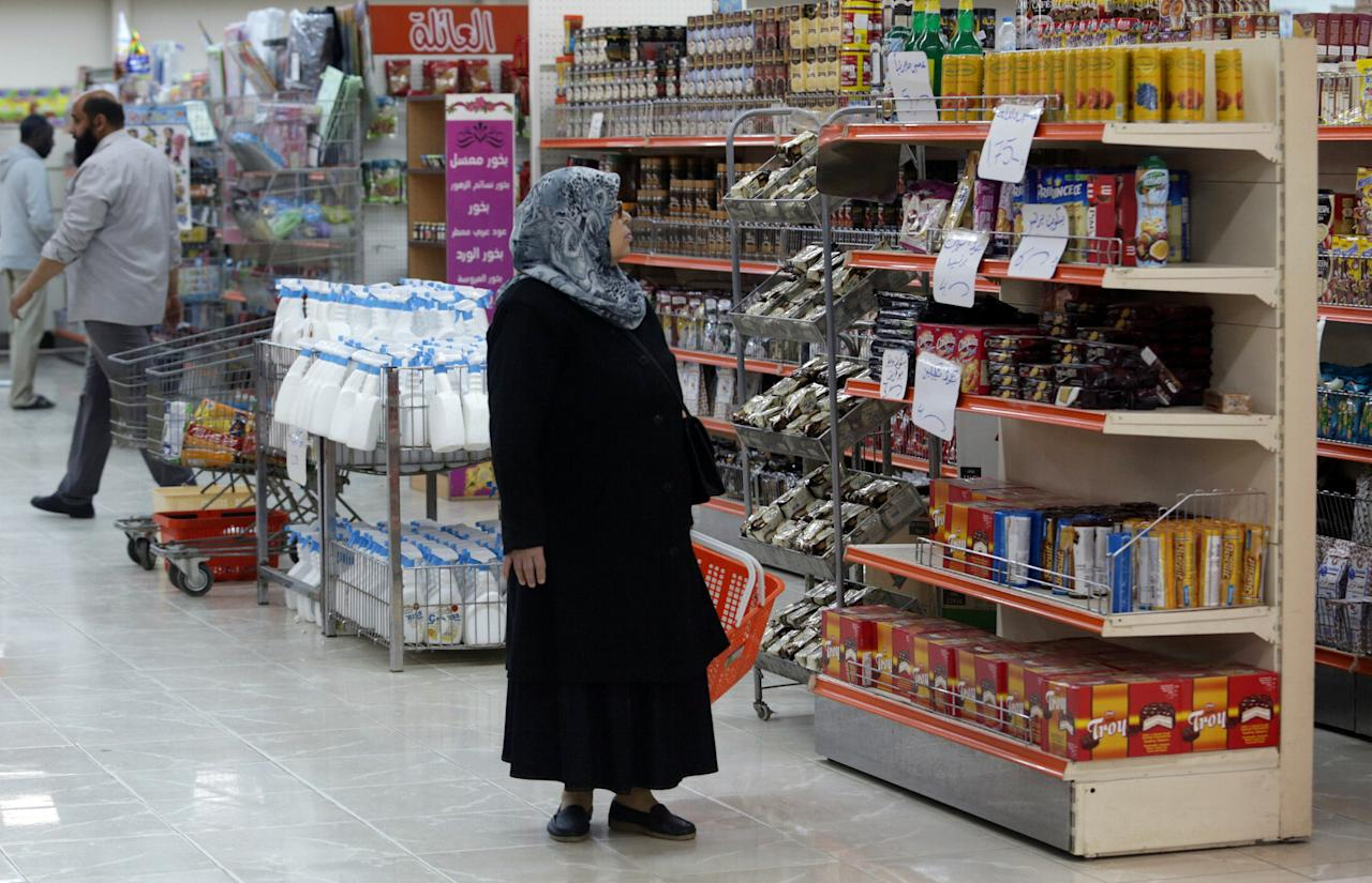 A woman shops in a mall in Benghazi, Libya April 22, 2017. Picture taken April 22, 2017. REUTERS/Esam Omran Al-Fetori