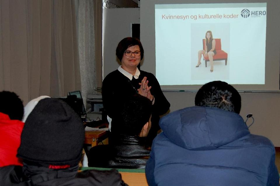 Linda Hagen (C) addresses Syrian and Sudanese asylum seekers during a courses to prevent violence against women in Ha, Norway on January 18, 2016 (AFP Photo/Pierre-Henry Deshayes)