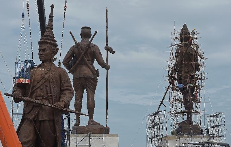Thai workers put the final touches on statues of Thai kings constructed by the army at Ratchapakdi Park in Prachuap Khiri Khan province on August 3, 2015 (AFP Photo/Pornchai Kittiwongsakul)
