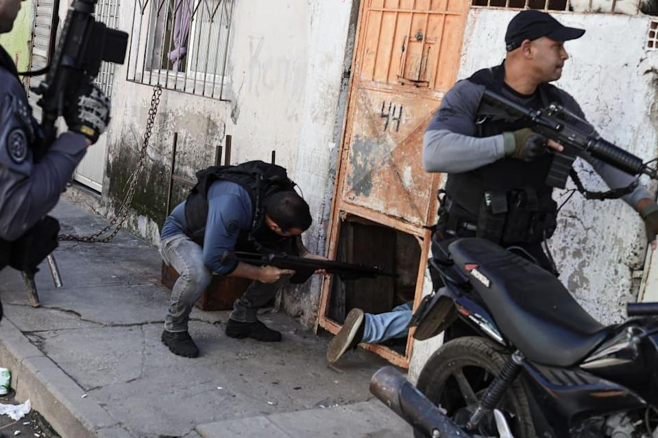 """<div class=""""inline-image__caption""""><p>A small unit of civil police is conducting an operation in a very dangerous favela of Northern Rio to catch a well-known drug dealer. Clashes soon errupted between various other police units and armed gang members.</p></div> <div class=""""inline-image__credit"""">Courtesy Jonathan Alpeyrie</div>"""