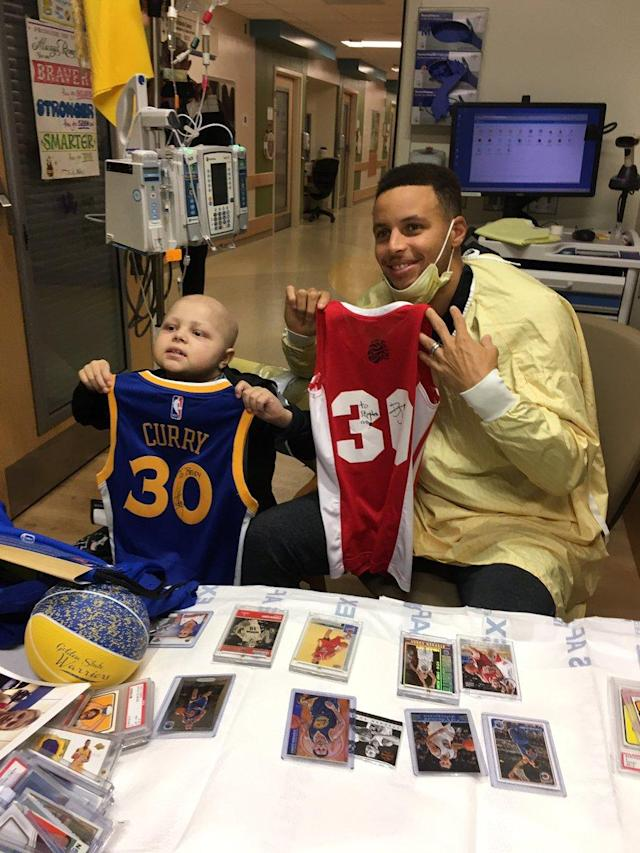 "Brody Stephens and <a class=""link rapid-noclick-resp"" href=""/nba/players/4612/"" data-ylk=""slk:Stephen Curry"">Stephen Curry</a> exchange autographed jerseys. (Photo via @JStephens_1)"
