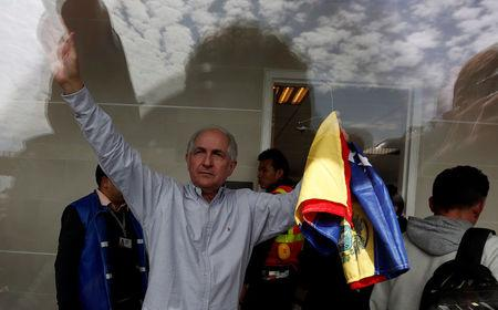 Antonio Ledezma, Venezuelan opposition leader, gestures during his arrival in Bogota, Colombia November 17, 2017. REUTERS/Jaime Saldarriaga