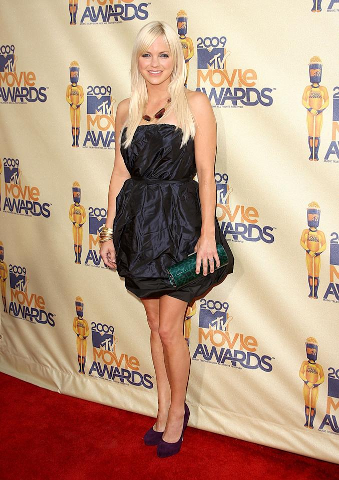 "<a href=""http://movies.yahoo.com/movie/contributor/1800506130"">ANNA FARIS</a>  Grade: C-  And here's a black, strapless bubble dress that doesn't work. With those wrinkles it looks like Anna slept in her outfit."