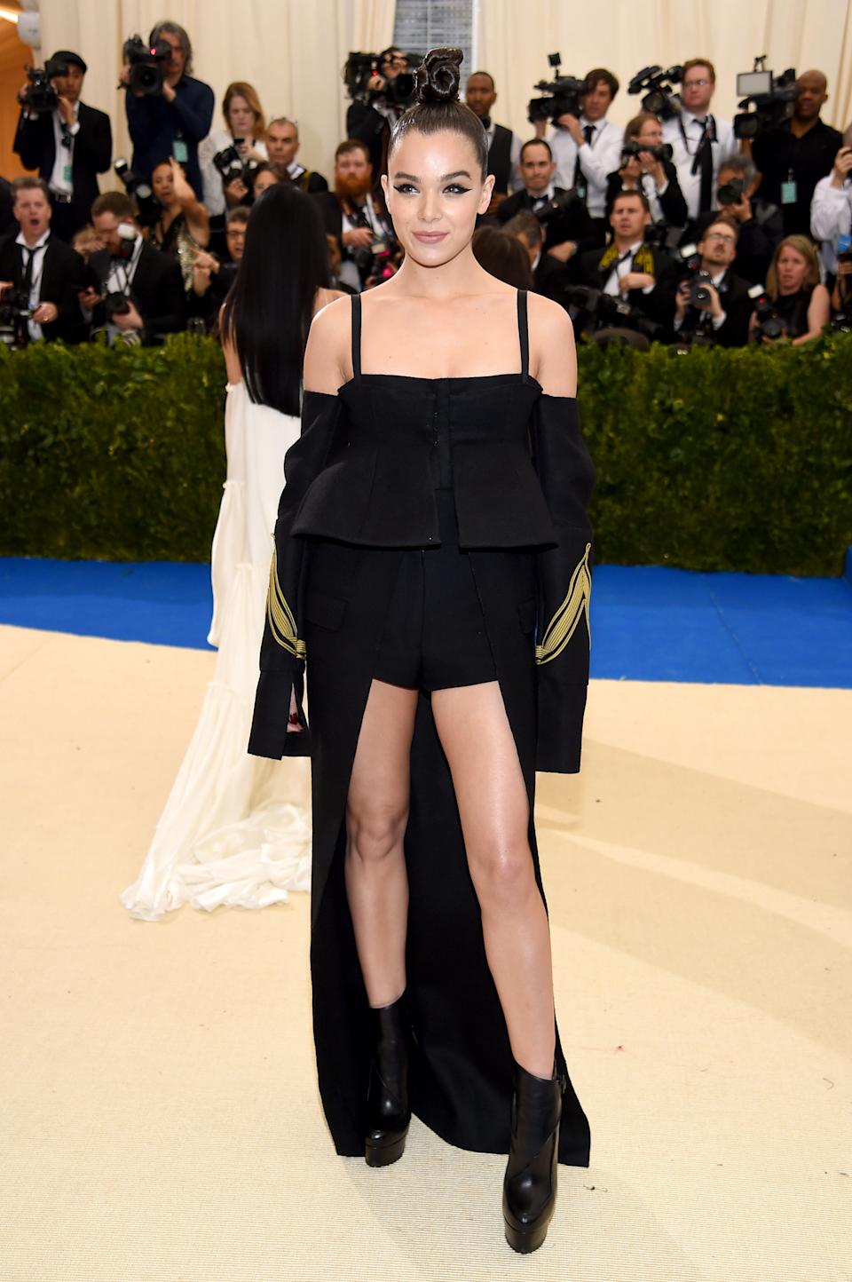"""<h1 class=""""title"""">Hailee Steinfeld in Vera Wang</h1><cite class=""""credit"""">Photo: Getty Images</cite>"""