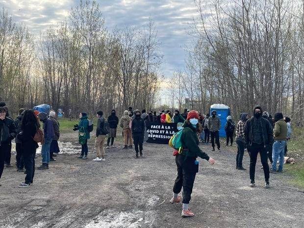 Dozens of activists protested the eviction of a homeless encampment at the Boisé Steinberg in Hochelaga.