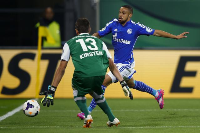 Schalke 04's Sidney Sam attempts to shoot past Dynamo Dresden's goalkeeper Benjamin Kirsten (L) during their German soccer cup (DFB Pokal) match in Dresden August 18, 2014. REUTERS/Thomas Peter (GERMANY - Tags: SPORT SOCCER) DFB RULES PROHIBIT USE IN MMS SERVICES VIA HANDHELD DEVICES UNTIL TWO HOURS AFTER A MATCH AND ANY USAGE ON INTERNET OR ONLINE MEDIA SIMULATING VIDEO FOOTAGE DURING THE MATCH