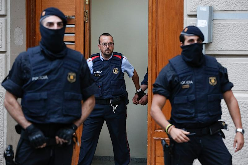 Catalan police officers detain a handcuffed suspect in Ripoll during a search linked to the deadly terror attacks in Barcelona and the seaside resort of Cambrils (AFP Photo/PAU BARRENA)