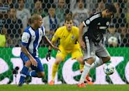 Chelsea's Diego Costa (R) and Porto's Maxi Pereira (L) and goalkeeper Iker Casillas (C) during the Champions League Group G match in Porto on September 29, 2015 (AFP Photo/Miguel Riopa)