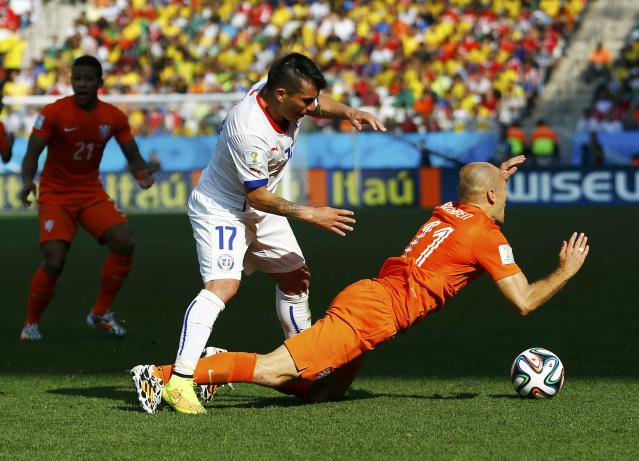 Chile's Gary Medel (C) commits a foul on Arjen Robben of the Netherlands during their 2014 World Cup Group B soccer match at the Corinthians arena in Sao Paulo June 23, 2014. REUTERS/Ivan Alvarado (BRAZIL - Tags: SOCCER SPORT WORLD CUP)