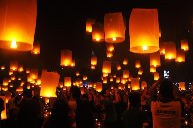 <p>People fly lanterns at Borobudur temple during New Year celebrations in Magelang, Indonesia, January 1, 2018. (Photo: Antara Foto/Anis Efizudin/Reuters) </p>