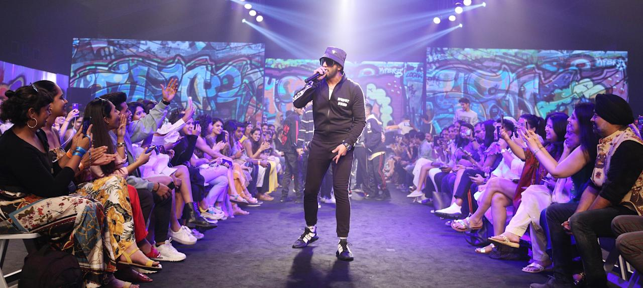 <p>Shedding all the prints, Ranveer goes all black as he stepped on stage and performed at LFW. </p>