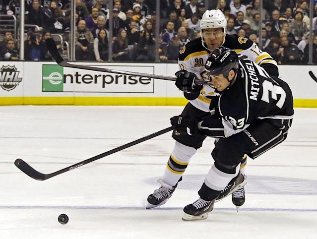 Los Angeles Kings defenseman Willie Mitchell (33) and Boston Bruins right winger Jarome Iginia (12) maneuver in the first period of an NHL hockey game in Los Angeles, Thursday, Jan. 9, 2014. (AP Photo/Reed Saxon)
