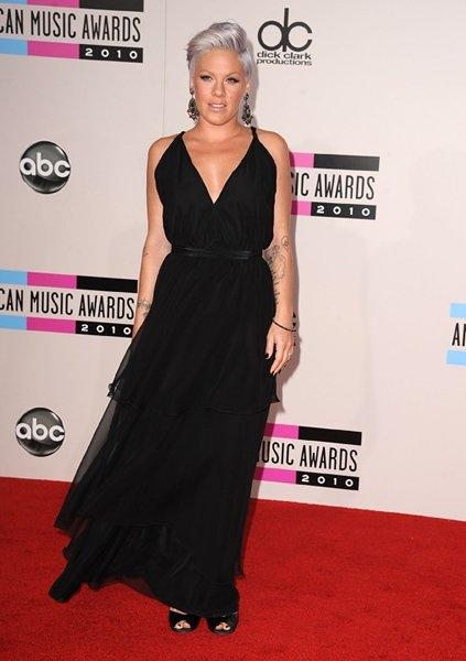 An extra-glamourous P!nk arrived at the 2010 AMAs in LA in a classic v-neck gown, shoulder-duster earrings, peep-toe pumps, a grey coid and a smouldering stare.