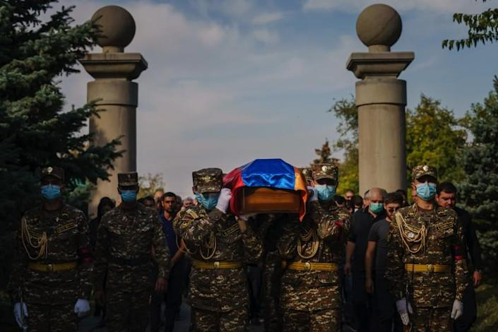 Yerevan, Armenia-October 15, 2020: Armenian soldiers put the casket of the volunteer fighters Crystapol Altin and Slen Banyan, who died in the Nagorno-Karabakh War, in the Yerablur Military Memorial Cemetery in Yerevan. Ritually transport to the burial ground. Armenia, Thursday, October 15, 2020.  The conflict, which began on September 27, is an area of conflict between Azerbaijani and the Armenian army over Nagorno-Karabakh D, and is internationally recognized as part of Azerbaijan D, with hundreds including dozens. A person died. The death toll of civilians from both sides continues to grow.  (Marcus Yam / Los Angeles Times)