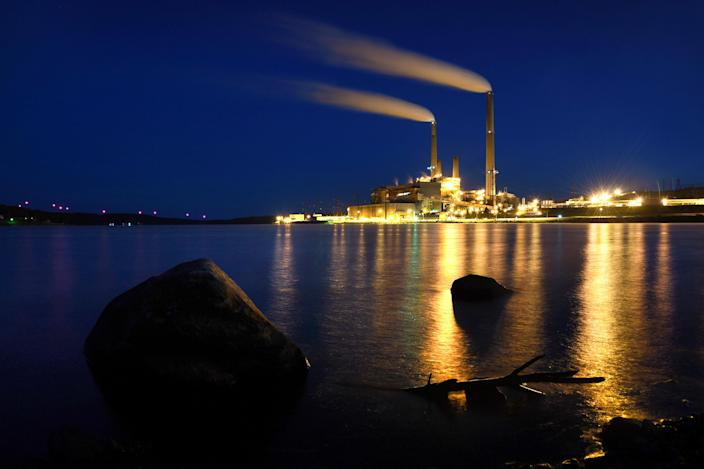 The Mount Storm coal-fired power station sits on a man-made lake, created as a cooling pond for the power plant, near Mount Storm, W.V. (Photo: Michael S. Williamson/The Washington Post via Getty Images)