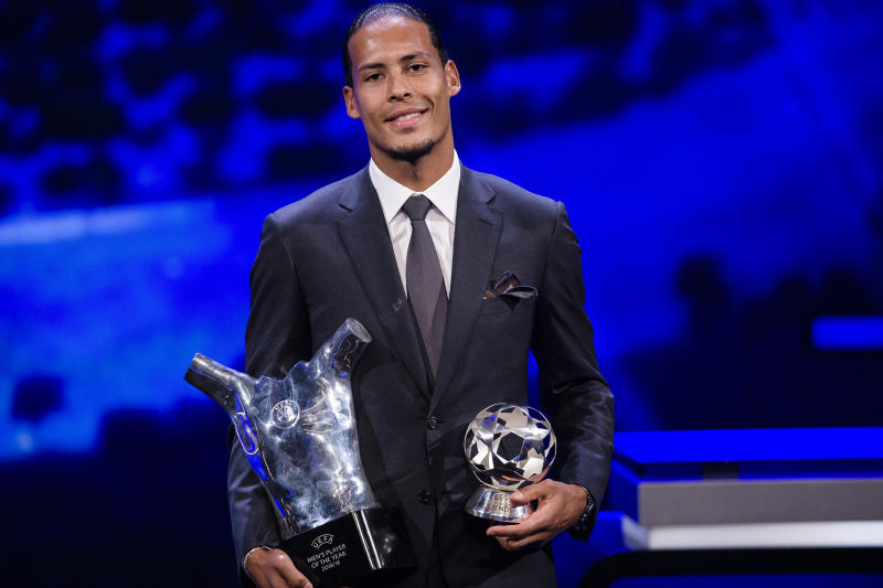 MONACO, MONACO - AUGUST 29: Virgil Van Dijk of Liverpool and the Netherlands poses with the 2018/19 UEFA Player's of the Year Trophy and best defender during the Kick-Off 2019/2020 - UEFA Champions League Draw on August 29, 2019 in Monaco, Monaco. (Photo by Eurasia Sport Images/Getty Images)